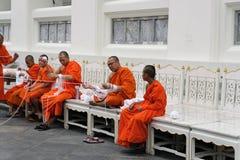 De monniken in Wat Pho bereidden witte Heilige die kabeldraad voor ook als Sai Sin-draad wordt bekend stock afbeelding