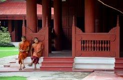 De monniken zitten voor rust en wachten hen vrienden bij het Paleis van Mandalay royalty-vrije stock fotografie
