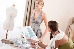 De montagekleding van de mannequin door ontwerper Royalty-vrije Stock Foto's