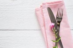 De montages van de de lentelijst met vers bloem, servet en tafelzilver royalty-vrije stock foto