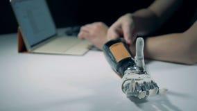 De montages van een mechanisch wapen worden geregeld van laptop stock video