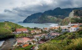 De montagne d'île de la Madère, les crêtes de ville Porto DA Cruz et dans les nuages aménagent en parc Image libre de droits