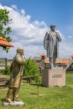 De monumenten aan Vladimir Lenin, de Sovjetleider Steenstandbeeld met het oog op de hemel Decommunization Stock Foto