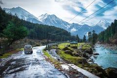 De mooie aard met de Bergachtergrond van Himalayagebergte Stock Fotografie