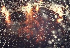De mooie abstracte achtergrond van sneeuwvlokkerstmis met lichten Stock Afbeelding