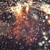 De mooie abstracte achtergrond van sneeuwvlokkerstmis met lichten Royalty-vrije Stock Afbeeldingen