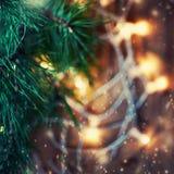 De mooie abstracte achtergrond van sneeuwvlokkerstmis met lichten Stock Fotografie