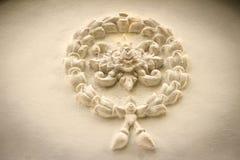 De mooie achtergrond met witte slinger bloeit gipspleister op ol royalty-vrije stock afbeeldingen