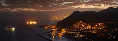 De mooie achtergrond van het zonsondergangpanorama in Tenerife, Canarische Eilanden met het silhouet van Teide-vulkaan; Las Teres royalty-vrije stock foto's