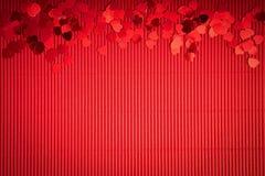 De mooie achtergrond van de Valentijnskaartendag met rood geribbeld document met hart-vormige confettien stock afbeeldingen