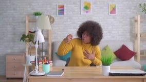 De mooie Afrikaanse Amerikaanse plotselinge astmatische aanval van het afrokapsel is het gebruik van nevel langzame mo stock footage