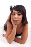 De mooie Afrikaanse Amerikaanse vrouw loog op de vloer Stock Afbeelding