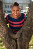 De mooie Amerikaanse zwarte boom van vrouwenafro in park Royalty-vrije Stock Afbeeldingen
