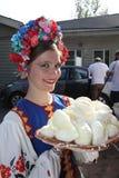 De mooie animator van de meisjesactrice in het nationale Oekraïense kostuum Stock Foto's