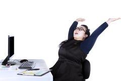 De mooie arbeider viert haar succes Stock Foto