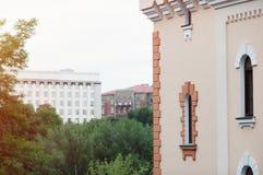 De mooie architecturale bouw met de vensters klassieke stijl stock foto
