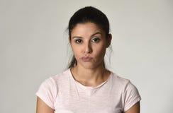 De mooie arrogante en humeurige vrouw die van Latina negatieve gevoel en verachtinggelaatsuitdrukking tonen Royalty-vrije Stock Foto