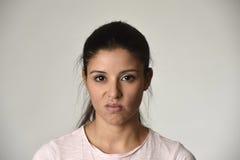 De mooie arrogante en humeurige vrouw die van Latina negatieve gevoel en verachtinggelaatsuitdrukking tonen Stock Fotografie
