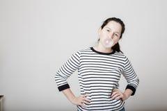 De mooie arrogante vrouw blaast roze bellen van gom op Royalty-vrije Stock Foto's
