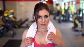 De mooie atletische vrouw veegt zweet van haar voorhoofd af Zij ` s vermoeide na intensieve geschiktheidsoefening zij die binnen  stock videobeelden