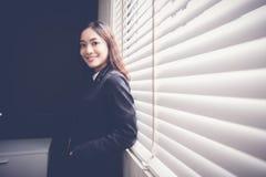 De mooie Aziatische bedrijfsvrouwen glimlachen en gelukkig werken Royalty-vrije Stock Fotografie