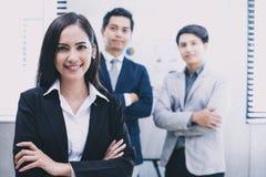 De mooie Aziatische bedrijfsvrouwen glimlachen en gelukkig werken Stock Fotografie