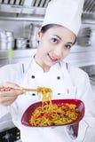 Aziatische chef-kok en gebraden noedel in keuken stock fotografie