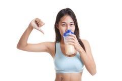 De mooie Aziatische gezonde meisjesduimen haten neer weiproteïne Royalty-vrije Stock Afbeelding