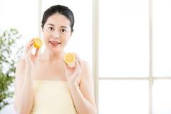 De mooie Aziatische plakken van de vrouwenholding van citroen Gezonde schoonheid stock afbeelding