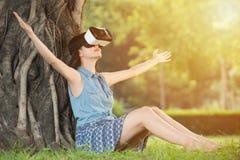 De mooie Aziatische vrouw geniet VR-van het apparaat van hoofdtelefoonglazen royalty-vrije stock afbeelding