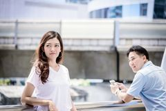 De mooie Aziatische vrouw heeft de zorg geen Aziatische mens voor verhouding stock foto's