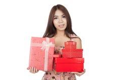 De mooie Aziatische vrouw houdt vele rode giftdozen Royalty-vrije Stock Foto