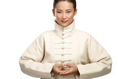 De mooie Aziatische vrouw maakt kungfugebaar Stock Fotografie