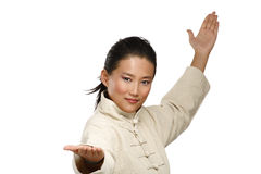 De mooie Aziatische vrouw maakt kungfugebaar Royalty-vrije Stock Foto