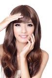 De mooie Aziatische vrouwenhand raakt haar gezicht Stock Afbeeldingen