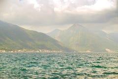 De mooie baai Boka Kotorska van landschapskotor dichtbij de stad van Luta, Montenegro, Europa Stock Foto's