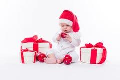 De mooie baby in het Nieuwjaar ` s GLB en wit lichaam zit onder B stock fotografie