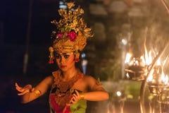 De mooie Balinese vrouw danst tijdens een traditionele Kecak-ceremonie van de Branddans in Hindoese tempel Stock Afbeeldingen