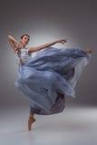 De mooie ballerina die in blauwe lange kleding dansen Royalty-vrije Stock Afbeelding