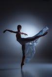 De mooie ballerina die met blauwe sluier dansen Royalty-vrije Stock Foto