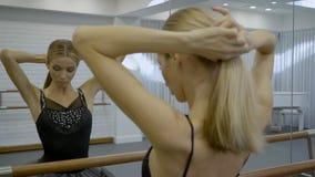 De mooie ballerina maakt staart zich bevindt in moderne studio stock footage