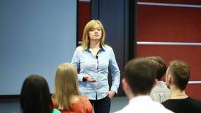 De mooie bedrijfsvrouw spreekt op conferentie stock videobeelden
