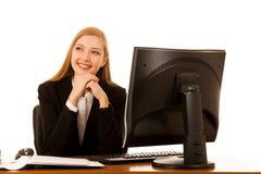 De mooie bedrijfsvrouwenwerken in bureau die over witte bac worden geïsoleerd Stock Foto's
