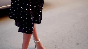 De mooie benen die van de shemalevrouw terwijl hielen dragen stock videobeelden