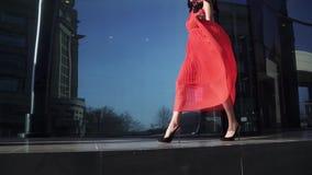 De mooie benen in schoenen met hielen gaan langs het venster van de glaswinkel Sexy benenclose-up Mooi jong meisje in rode kledin stock footage
