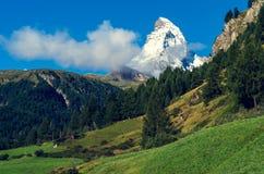 De mooie berg Matterchorn met wolken zwitserland stock fotografie