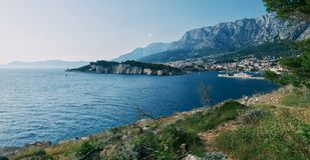 De mooie bergen en de oever van Makarska, Kroatië royalty-vrije stock foto