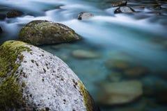 de mooie bergrivier gaf d' ossau in lange blootstelling, de Pyreneeën, Frankrijk stock fotografie
