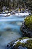 De mooie bergrivier gaf ossau van D ` in lange blootstelling, de Pyreneeën, Frankrijk stock fotografie