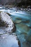 De mooie bergrivier gaf ossau van D ` in lange blootstelling, de Pyreneeën, Frankrijk stock afbeelding